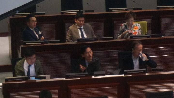 土地正義聯盟朱凱廸於會議開始時提出中止項目動議,他批評,現時收地及特惠補償有關項目無上限。(蔡凱琳攝)