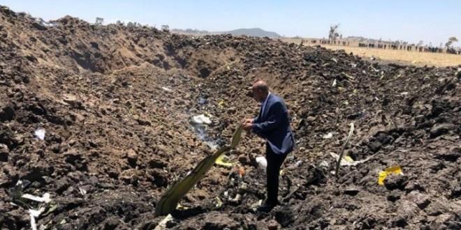 埃塞俄比亞航空公司行政總裁Tewolde Gebremariam親自到墜機地點確認災難現場。(官方Facebook 專頁圖片)