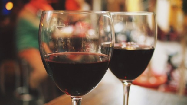 英國一項研究指出,每星期飲一瓶750毫升的紅酒,相當於女人吸食了10枝煙或男人吸食了5枝煙,同樣會增加患癌風險。(網上圖片)