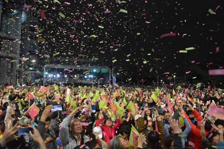 蔡英文創下台灣民選總統以來最高得票數。在每次更新蔡英文得票上升時,競選總部現場氣氛高漲,不少的支持者揮動手上旗幟高叫口號。(易嘉雄攝)