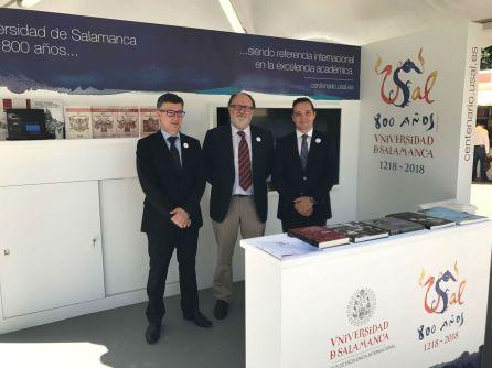 Los Reyes de España visitan el stand de la Universidad de Salamanca en la Feria del Libro de Madrid