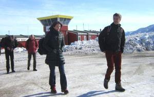 Los empleados del aeródromo de Nerlerit Inaat, en la costa este de Groenlandia, se llevaron una buena sorpresa al ver a los herederos daneses salir del avión. (Foto: Grønlands Lufthavne)