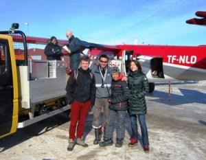 El príncipe Federico y la princesa Mary dedicaron el tiempo de espera de los equipajes a hacerse fotos con los trabajadores del aeródromo de Nerlerit Inaat. (Foto: Grønlands Lufthavne)