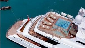 En la cubierta superior del «M/Y Mia Elise» hay un «jacuzzi» para ocho personas. El alquiler del barco cuesta 250.000 dólares semanales aparte de otros gastos. (Foto: folleto agencia)