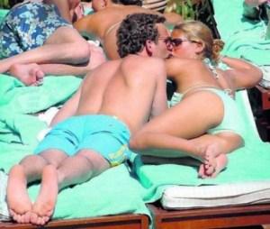 La foto de Magdalena y Jonas pelando la pava en la playa de Marbella dio mucho que hablar. (Foto: archivo)