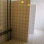 Las duchas colectivas de la galería. (Foto: © M.Mielgo - JMNoticias)