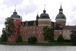 El castillo de «Gripsholm», que traducido sería Castillo del Islote de Buitre, está situado a orillas del lago Mälaren, en Suecia. Es un ejemplo de la típica construcción escandinava de ladrillo del siglo XIV. (Foto: Wikimedia Commons)