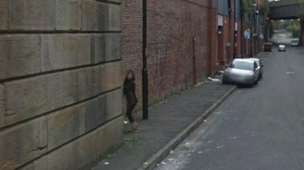 El coche de Street View fotografía a prostituta masturbando a su cliente. (Foto: Captura Street View) PULSAR PARA AMPLIAR