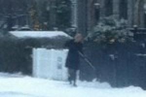 La primera ministra danesa, la socialdemócrata Helle Thorning-Schmidt, limpiando de nieve la acera de su casa como es su obligación. Foto: cortesía Michael Frandsen - Pulsar para ampliar -