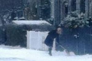 La ministra danesa Helle Thorning-Schmidt quitaba la nieve a paladas bajo la atenta mirada de un policía uniformado. Foto: cortesía Michael Frandsen - Pulsar para ampliar -