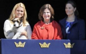 La princesa Magdalena con su perro «Zorro» en el balcón del castillo real de Estocolmo. (Foto: archivo)