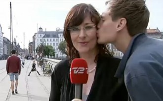 Dale un beso a la reportera cuando la veas delante de una cámara. (Foto: captura vídeo TV2)