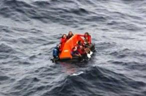 Los tripulantes del «S/V Buccaneer», seis españoles, un argentino y un belga, en el bote salvavidas. - PULSAR EN LA FOTO PARA AMPLIAR - Todas las fotos cortesía de tripulación y pasajeros.