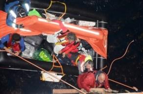Los náufragos subiendo por una escala del costado de babor del crucero «M/C Costa Deliziosa» - PULSAR EN LA FOTO PARA AMPLIAR - Todas las fotos cortesía de tripulación y pasajeros.