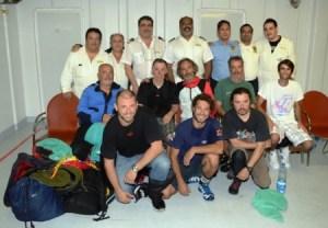Final feliz. Los náufragos posan con el capitán y oficiales a bordo del crucero «M/C Costa Deliziosa» - PULSAR EN LA FOTO PARA AMPLIAR - Todas las fotos cortesía de tripulación y pasajeros.