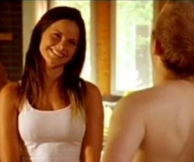 Una joven Sofía interpretando el papel de la bella Beatrice Melin, que trabaja de socorrista en la piscina pública con discapacitados. (Foto: Captura vídeo)