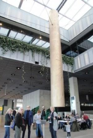 Este «gong» cilíndrico de 7,5 m de altura y tres toneladas, suena cuando nace un bebé en el hospital de Aarhus. (Foto: © M.Mielgo - JM Noticias) - Pulsar para ampliar -