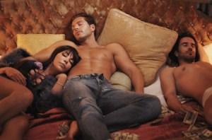 Anamor en la cama con Darek y Roberto Liaño. (Foto: Armando Cattarinich)