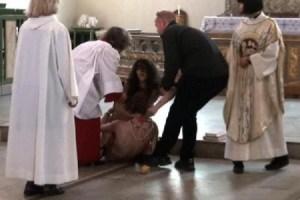 La pareja de activistas de «Fuck for Forest» tratando de fornicar en el suelo y ante el altar en la catedral de Oslo. (Foto: captura vídeo)