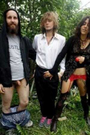 Estos son los tres miembros que componen el grupo ecologista «Fuck for Forest». (Foto: Cortesía Fuck for Forest)