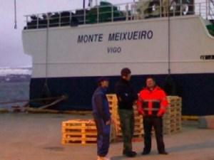 El pesquero detenido en Troms esperando a descargar (Foto: TV noruega) - PULSAR PARA AMPLIAR -
