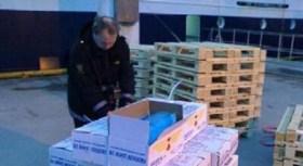 Un policía noruego controla el contenido de las cajas de pescado descargadas del F/V Monte Meixueiro el 23 de Noviembre en el puerto de Troms (Foto: TV noruega)