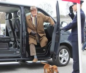 El príncipe consorte Henrik de Monpezat a su llegada al hipódromo de Aarhus con su perra «Querida». (Foto ©M.Mielgo -JM Noticias)