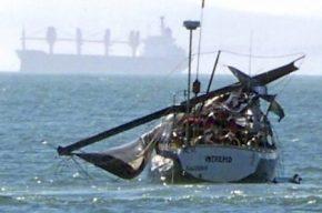 Así quedó el barco tras caer la ballena encima. (Foto: cortesía) - PULSAR PARA AMPLIAR -