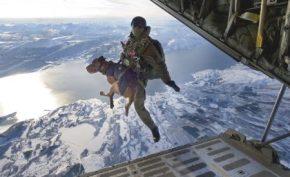 Aquí «Duke» saltando con su dueño desde un avión en los cielos noruegos de Narvik. (Foto: Cortesía Austrian Army) - PULSAR PARA AMPLIAR -