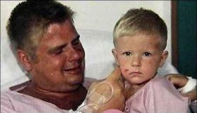 Marko Kärkkäinen no pudo evitar las lágrimas tras encontrar sano y salvo a su hijo Hannes. (Foto: medios)