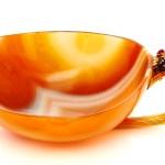 Este tradicional «kovsh», nombre ruso que no tienen traducción al español, es una especie de cucharón o taza con asa de tamaño pequeño para beber bebidas alcohólicas. Está hecho de ágata y después recubierto de oro, diamantes y rubíes. Pertenece a la princesa Benedikte. (Foto: Iben Kaufmann / Museo de Koldinghus)