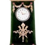 Reloj de mesa de 10,5 cms. de alto con adornos de oro, platino y rubíes. Montado sobre pieza de nefrita (Jade) verde oliva oscuro. Con esmalte blanco y manecillas de oro rodeadas por corona de diamantes tallados a la Rosén. Pertenece a la colección real de Amalienborg. (Foto: Iben Kaufmann / Museo de Koldinghus)