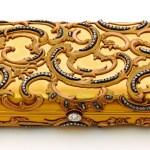 Pitillera o estuche para cigarrillos hecho en oro y adornado con brillantes y diamantes tallados a la Rosén. Pertenece a la princesa Benedikte. (Foto: Iben Kaufmann / Museo de Koldinghus)