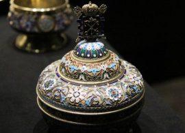 Salero de plata chapada en oro con esmaltes policromados y cantos acanalados. (Foto: © M.Mielgo - JM Noticias)
