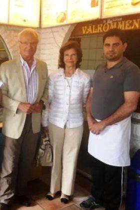 El rey Carlos XVI Gustavo y la reina Silvia accedieron a posar con Sangar Gafuri, el pizzero dueño de «Lessebo Pizzeria & Gatukök». (Foto: Cortesía de Sangar Gafuri para JM Noticias)