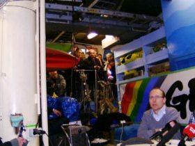 La bodega del M/S Rainbow Warrior estaba hasta el techo de cámaras, cables y periodistas (Foto: MM - ©JMNoticias)