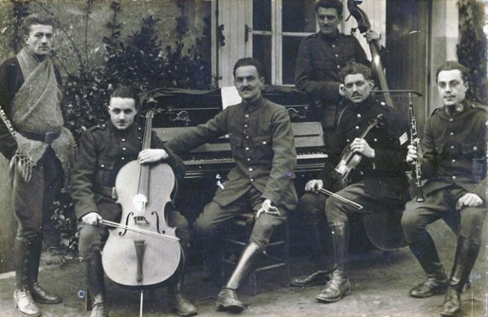 Georges Antoine au piano et musiciens non identifiés
