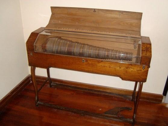 51b. Harmonica de verre du xixe siècle, collection du Musée national des instruments musicaux de Rome