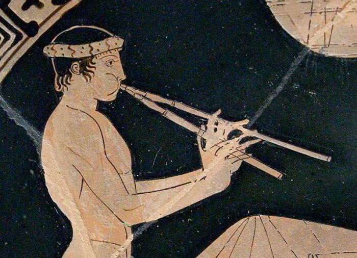 59a. Détail d'une coupe attique, garçon jouant de l'aulos en gonflant les joues, 460 av. J.-C