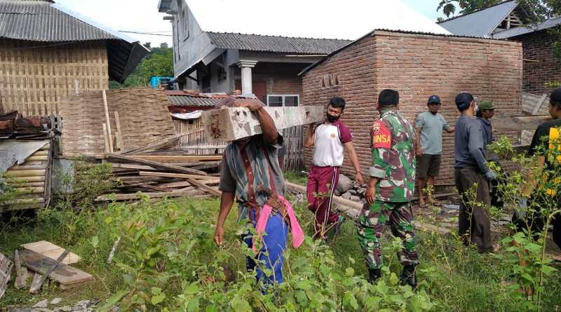 Bhabinkamtibmas Desa Belo Sumbawa Barat Gotong Royong Bantu Warga Bongkar Rumah