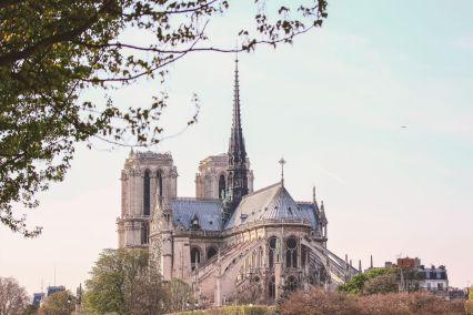 Ambiance printannière au-dessus de Notre-Dame de Paris