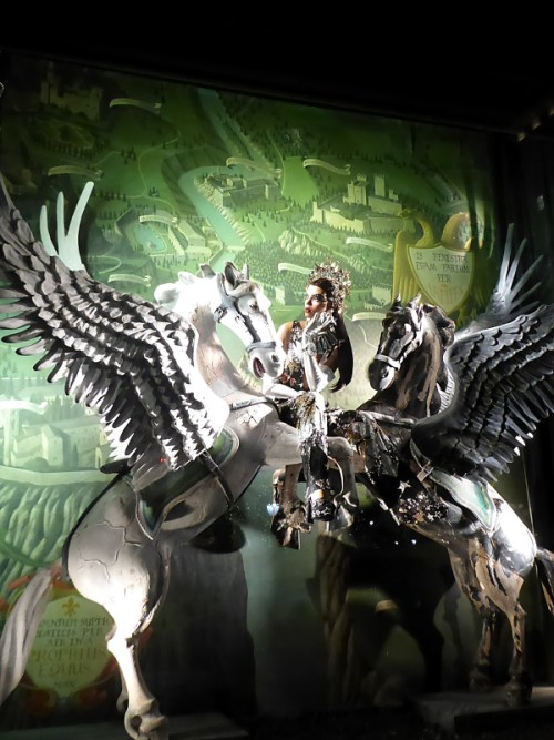 2016-bergdorf-goodman-holiday-unicorn-window