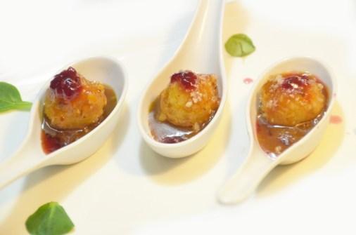 Boles de formatge de cabra arrebosades amb fruits secs i vinagreta de mostassa i gerds (versió cullera, usualment amanida)