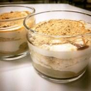 Plàtan flamejat al triple sec amb crema de vainilla i galeta