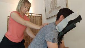 Massage relaxation du dos en positions assise