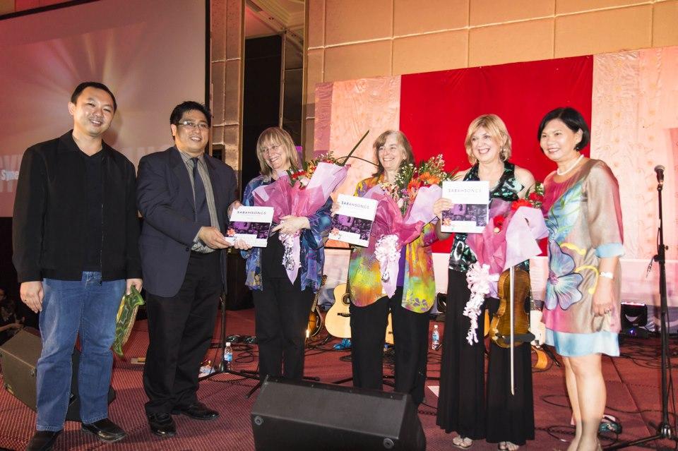 Grammy award-winning U.S. folk musos get the SabahSongs book!