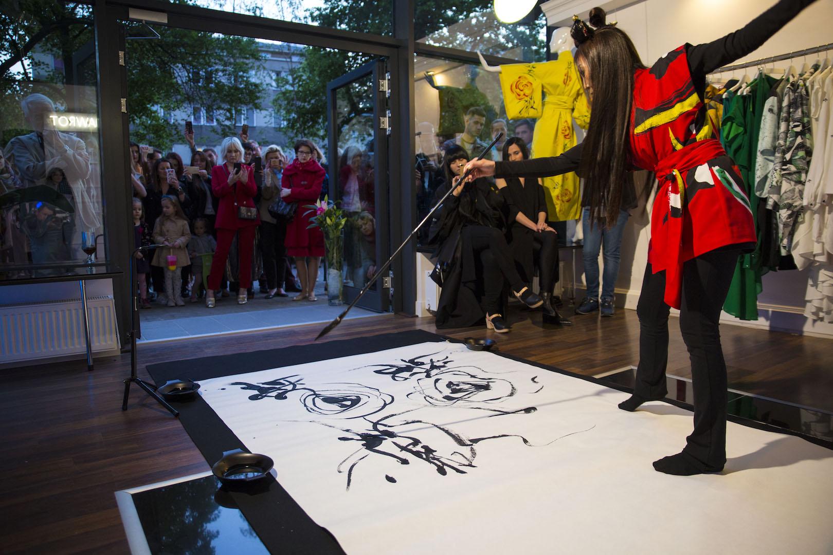 Performance Biho Asai podczas otwarcia butiku przy Kopernika 8/18