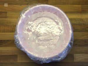 Pinke Plastikschüssel zum Nagellack marmorieren