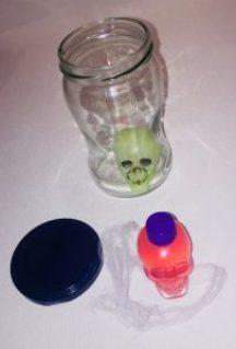 leeres Einmachglas mit Totenkopf für eine gruselige DIY Halloween Lampe