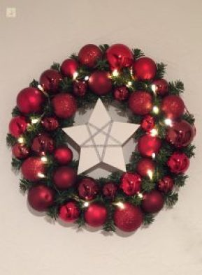 Stern aus Gips in Weihnachtskranz mit roten Kugeln als DIY Weihnachtsdeko